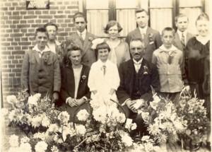 25 jaar getrouwd mijn open en oma OTTERLOO achter opa mijn vader JAN tussen opa en oma jongste dochter
