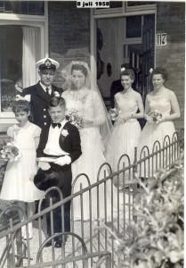 trouwdag van oudste zus Mieke met Frits op de achtergrond mijn tweeling zussen Jean en Trees
